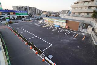 建替後のファミリーマート町田鶴間店・駐車場外観