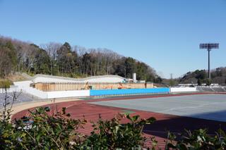 町田市立陸上競技場(町田GIONスタジアム)で整備が進む観客席増設工事の現場
