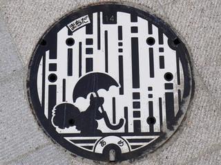 リスが描かれた町田市の雨水用マンホール蓋(カラー版)