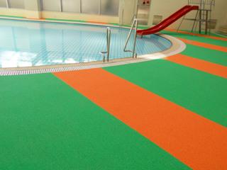 改修後の「町田市立室内プール」の幼児プール床面