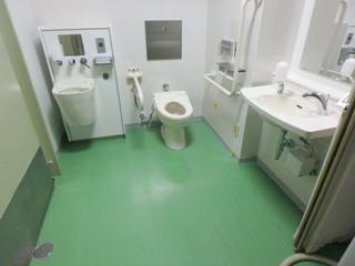 改修後の「町田市立室内プール」のだれでもトイレ