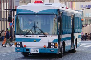 警視庁の大型輸送車(いすゞ・エルガ)