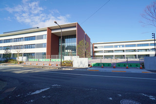 学校正門から見た「桜美林大学 東京ひなたやまキャンパス」