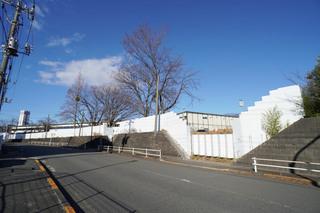 仮囲いで覆われた「桜美林大学 東京ひなたやまキャンパス」の第2期工事予定地