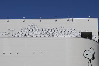 スヌーピーミュージアムの屋上部。スヌーピーがいっぱい居るように見える仕掛け。