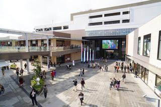 スヌーピー像が設置されている広場「シアタープラザ」