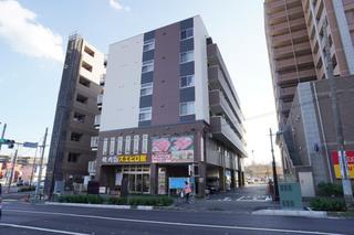 鶴川街道側から見たサービス付き高齢者住宅「ココファン鶴川駅前」の外観